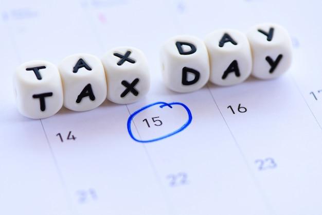 Fecha de vencimiento de impuestos de ee. uu. marcada en el calendario 15 de abril. concepto de día de impuestos pago de impuestos impuestos gubernamentales