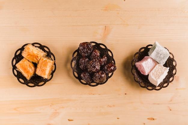 Fechas de baklava y delicias turcas en mesa.