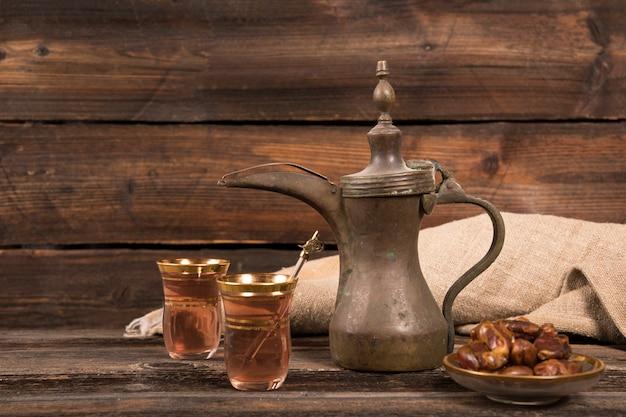 Fechas fruta con vasos de té en la mesa
