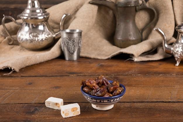 Fechas de frutas con delicias turcas en mesa.