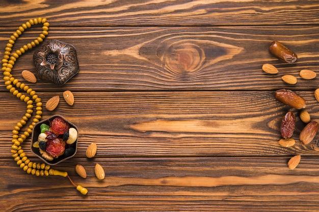 Fechas de frutas con frutos secos y cuentas.
