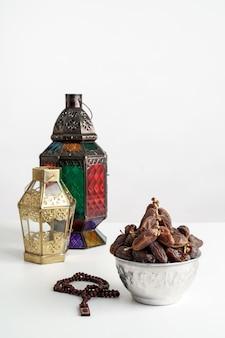 Fechas de palma y linterna árabe en blanco