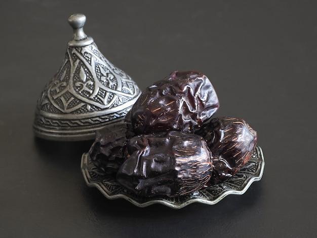 Fechas en un plato. mesa de comida minimalista de ramadán