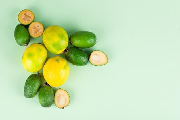 Feijoa jugosa y madura con limón aislado