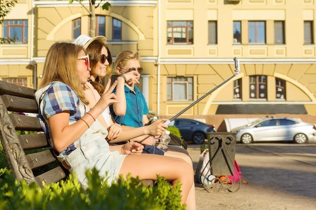 Felices 4 amigos adolescentes o estudiantes de secundaria se divierten