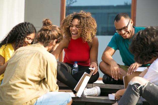 Felices alegres amigos hablando y riendo