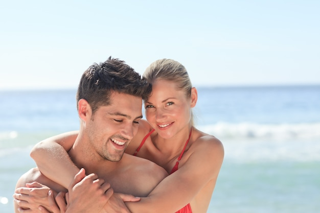 Felices amantes en la playa