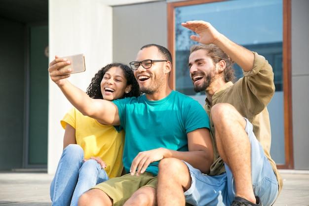 Felices amigos entusiasmados con hablar con otro amigo