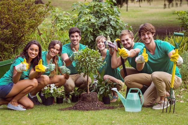 Felices amigos de la jardinería para la comunidad.