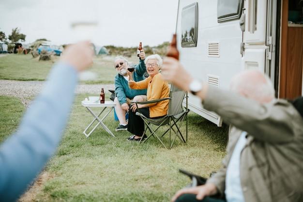 Felices ancianos levantando sus gafas