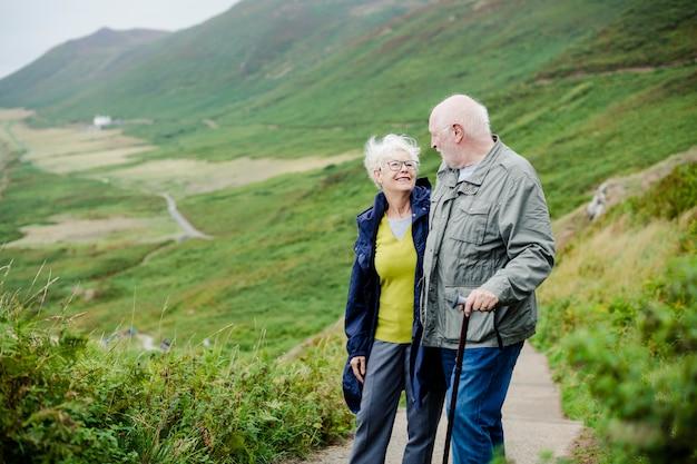 Felices ancianos románticos paseando juntos