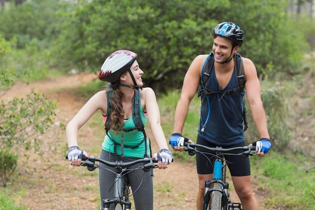 Felices ciclistas mirándose