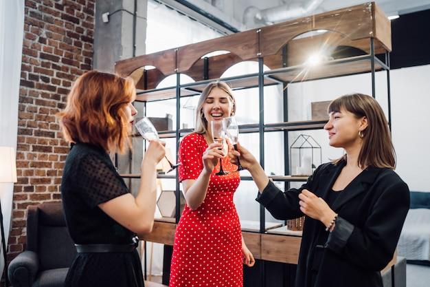 Felices colegas en la oficina celebran un evento especial