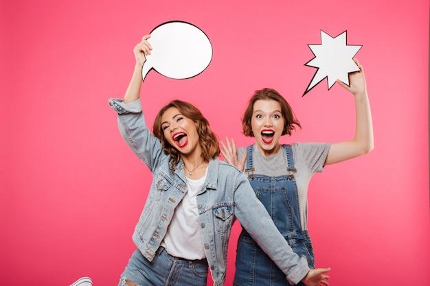 Felices damas emocionales amigos con burbujas de discurso.
