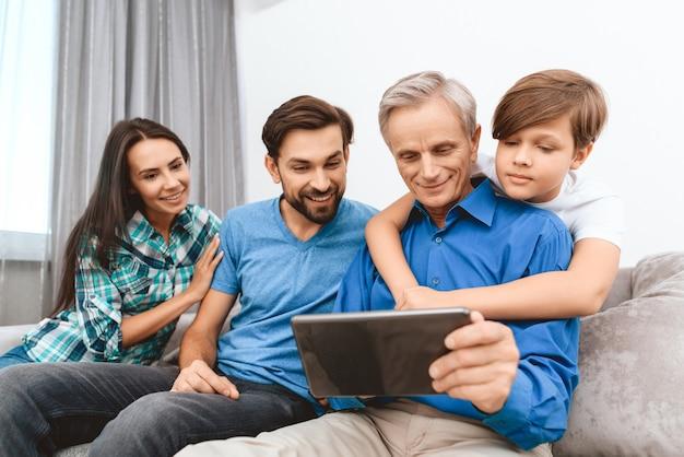 Felices diabéticos familia están pasando tiempo juntos.