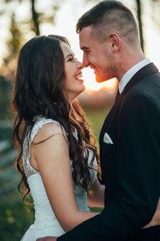 Felices y enamorados novios en el parque de otoño el día de su boda