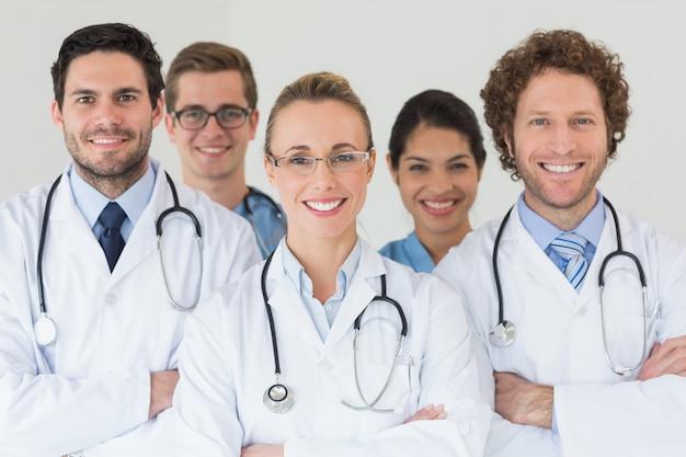 Felices enfermeras y médicos en el hospital