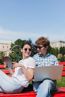 Felices freelancers pareja en el parque