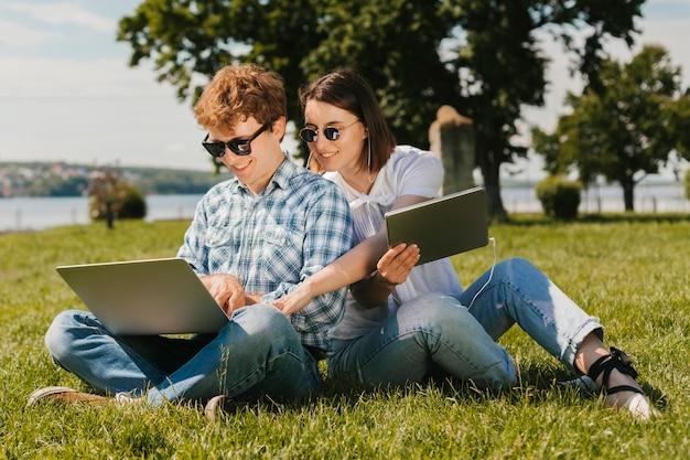 Felices freelancers trabajando en el parque