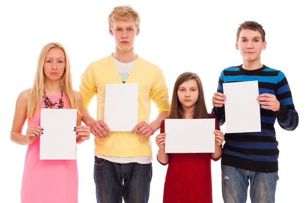 Felices hermanos y hermanas con papel vacío