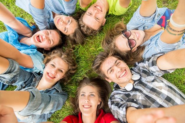 Felices jóvenes amigos en la naturaleza