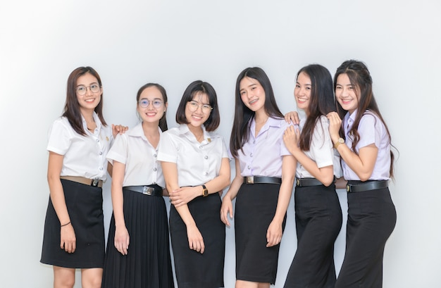 Felices jóvenes estudiantes de pie juntos