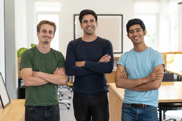 Felices jóvenes profesionales comenzar carrera