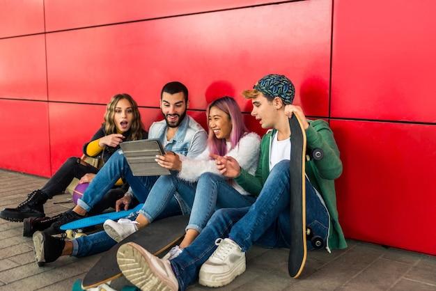 Felices los jóvenes reunidos al aire libre. grupo de adolescentes alegres divirtiéndose
