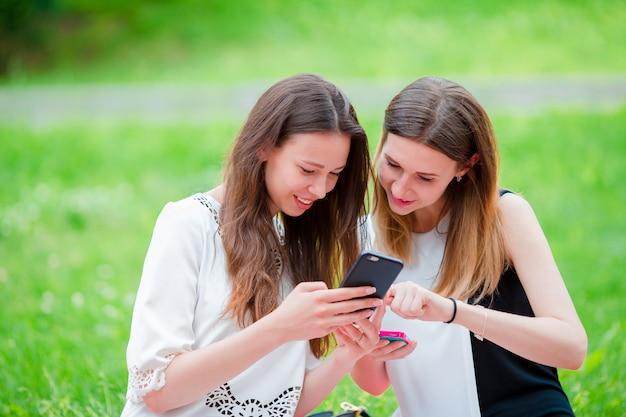 Felices jóvenes urbanas en ciudad europea. mujeres caucásicas divirtiéndose juntas y disfrutando de su fin de semana al aire libre