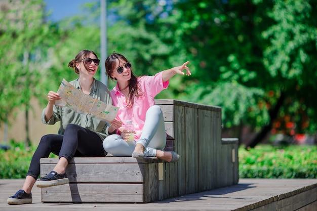 Felices jóvenes urbanas en ciudad europea. turistas caucásicos divirtiéndose juntos al aire libre