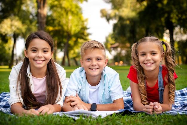 Felices los niños acostado sobre una manta