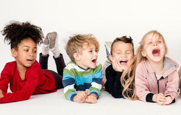Felices niños pequeños divirtiéndose juntos