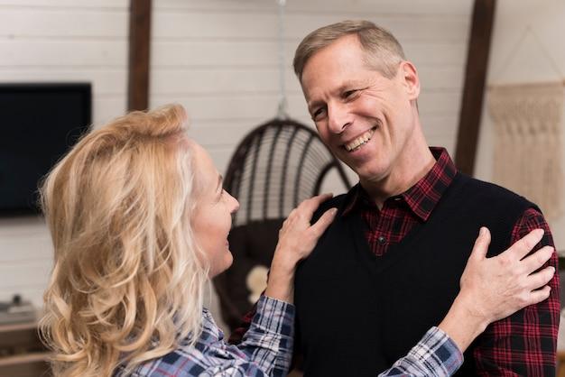 Felices padres abrazados posando