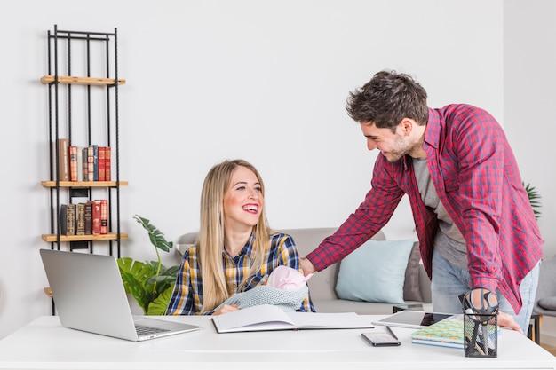 Felices padres con bebé en el escritorio