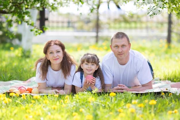 Felices padres con el bebé en el parque.