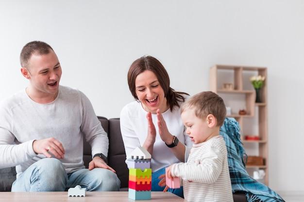 Felices padres jugando con niños