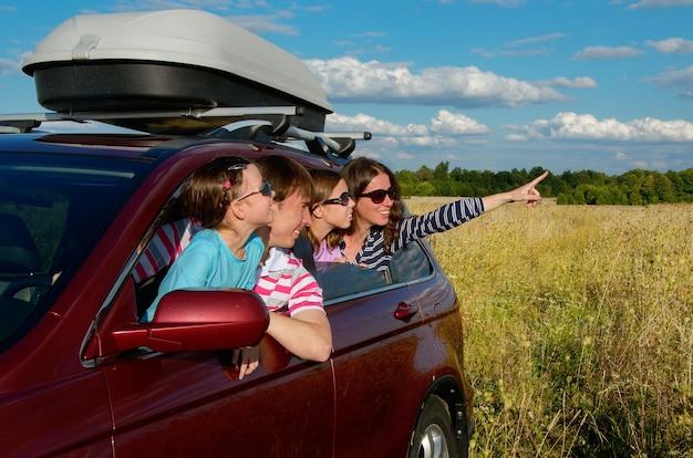 Felices padres viajando con niños y divirtiéndose