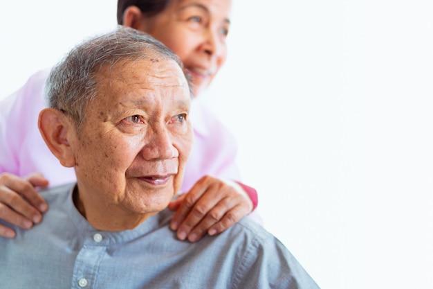 Felices parejas asiáticas mayores se apoyan mutuamente, enfoque selectivo