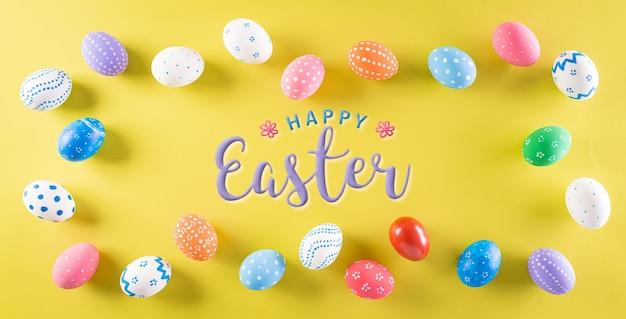 ¡felices pascuas! coloridos huevos de pascua en amarillo pastel