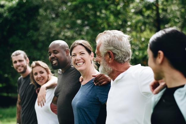 Felices personas diversas juntas en el parque