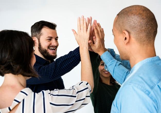 Felices personas diversas que se divierten juntos