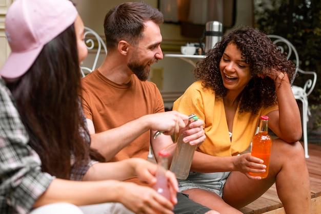 Felices tres amigos hablando
