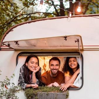 Felices tres amigos listos para ir de viaje por carretera