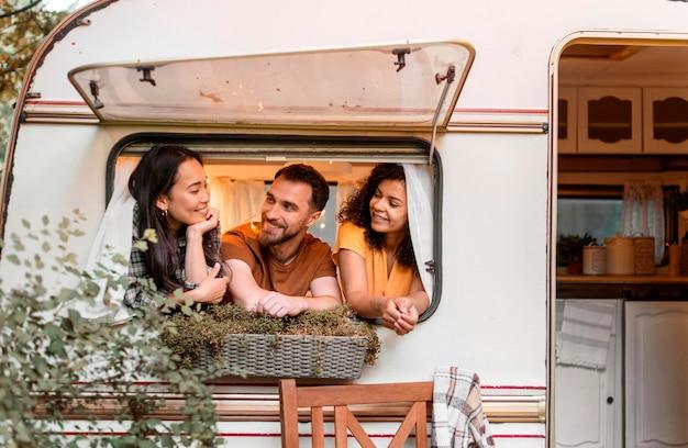 Felices tres amigos y su camioneta