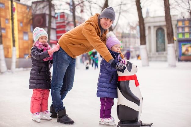 Felices vacaciones familiares en pista de patinaje