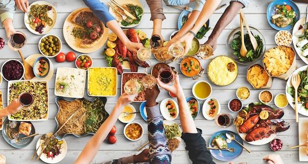 Felicidad de amigos disfrutando de comer concepto
