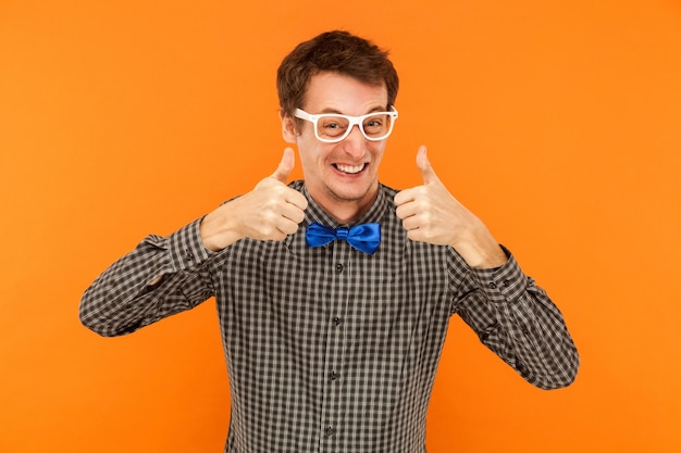 Felicidad hombre dentudo sonriendo pulgares arriba mostrando como signo