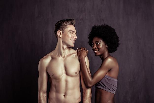 Felicidad sincera. gente feliz alegre sonriendo el uno al otro mientras posa para una foto