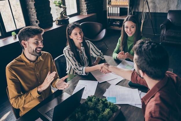 ¡felicidades por conseguir trabajo! positivo tres personas contratan nueva experiencia práctica estudiante gana contrato apretón de manos