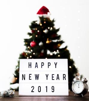 Felicitaciones con año nuevo en la mesa.